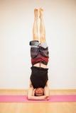 Headstand während der Yogapraxis Lizenzfreies Stockfoto