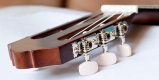 Headstock av det klassiska gitarrslutet upp Arkivbilder