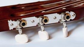 Headstock av det klassiska gitarrslutet upp Arkivfoton