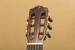 Headstock av en främre sikt för klassisk gitarröverkant Fotografering för Bildbyråer