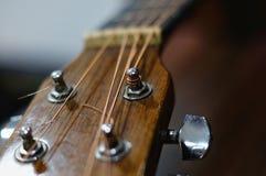 Headstock da guitarra com fundo escuro fotografia de stock