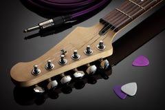 Headstock da guitarra elétrica, do cabo do jaque e das picaretas Imagens de Stock