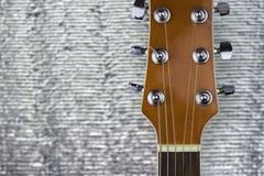 Headstock de uma guitarra clássica sobre o fundo de prata imagens de stock