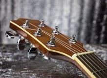 Headstocken av en klassisk gitarr över försilvrar bakgrund fotografering för bildbyråer