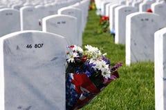 Headstones e flores no cemitério nacional Imagem de Stock