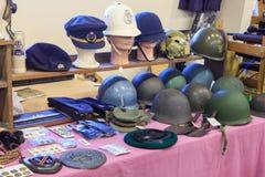 Headwear militar, naval, y de la policía en la exhibición imágenes de archivo libres de regalías