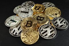 Heaf de bitcoins dourados físicos e dos litecoins de prata Imagem de Stock Royalty Free