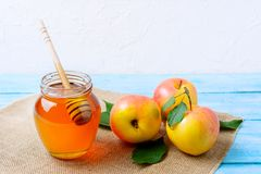 Heallthy łasowania pojęcie z miodowymi i świeżymi jabłkami zdjęcie royalty free