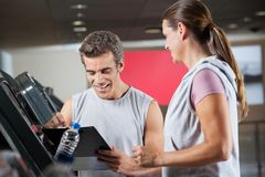 Health club de With Client In do instrutor Foto de Stock