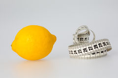 Cytryny i taśmy miara zdjęcia stock