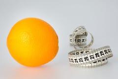 Pomarańcze i taśmy miara zdjęcia royalty free