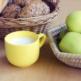 Healthty-Frühstück, Milch, Brot, Äpfel Stockfotografie