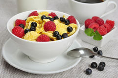 Healthy breakfast. Corn flakes, raspberry and  blueberry in white bowl close up Royalty Free Stock Photography