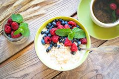 Healthy breakfast - oatmeal with berries Royalty Free Stock Photos