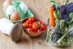 Healthy Fresh tomatoes cherryes with eggs, mushrooms and vegetab. Les Royalty Free Stock Photo