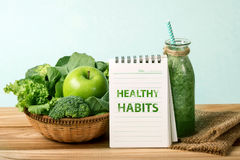 the HEALTHY HABITS message and the Healthy fresh  green smoothie Royalty Free Stock Images