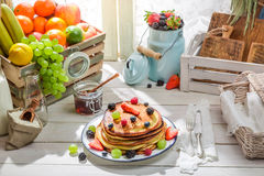 Healthy pancakes with fresh fruits Stock Photography