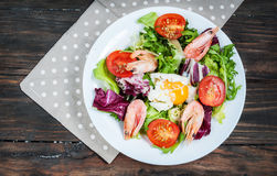 Healthy Shrimp and Arugula Salad with Tomatoes on a wooden table Royalty Free Stock Photos