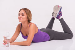 Healthy young sportswoman does the exercises Royalty Free Stock Photos