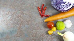 HealthyHealthy vegetariska blomkållilor, lovsång, limefrukt, vitlök, lök, tomater, röd chili, beträffande vegetarisk blomkållila royaltyfri fotografi