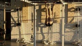 healty女运动员在晴朗的健身房的chinning的酒吧hangling 影视素材