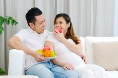 Healty łasowanie kobieta w ciąży Fotografia Royalty Free
