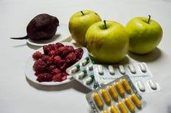 Healty jedzenia zieleni jabłka, malinki i burak Przeciw lekom, Zdjęcia Stock