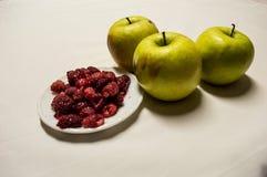 Healty jedzenia zieleni malinki i jabłka Zdjęcie Royalty Free