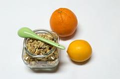 Healty mat med tarmen av sädesslag, skeden, apelsinen och citronen Arkivbilder