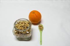 Healty mat med tarmen av sädesslag, skeden och apelsinen Royaltyfri Foto