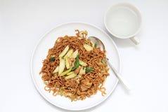 healty stekt nudel för asiatisk stil på en vit platta Royaltyfri Foto