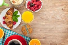 Healtyontbijt met muesli, bessen, jus d'orange, koffie en royalty-vrije stock afbeeldingen