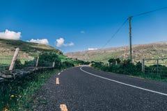 Healy通行证风景路,一条12 km路线通过科克郡边疆和凯里郡在爱尔兰 图库摄影