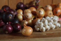 Heap of red and white onions with garlic Stock Photo