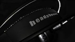 Heaphones de alta fidelidade pretos na obscuridade imagem de stock