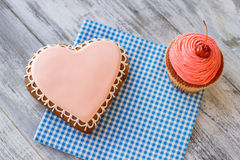 Heart cookie and pink cupcake. Royalty Free Stock Images