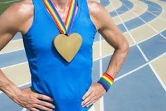 Heart Gold Medal för glad idrottsman nen rinnande spår Fotografering för Bildbyråer