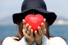 heart holding red woman Royaltyfri Fotografi