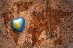 Heart with national flag of Palau on a vintage world map crack paper background. Concept Royalty Free Stock Photos
