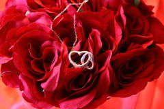 Heart necklace on red roses A Royalty Free Stock Photos