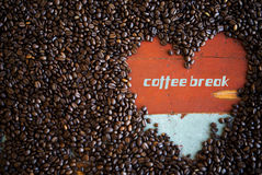Heart shape of coffee beans with the word 'coffee break' Royalty Free Stock Photography