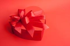 Heart-shaped Kasten des Valentinsgrußes mit roten Farbbändern Lizenzfreies Stockfoto