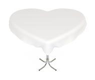 Heart-shaped Tabelle mit Tuch, mit Ausschnittspfad Stockbild