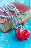 A heart tied with chains.jpg Royalty Free Stock Photography