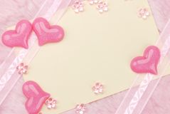 Heart trinkets with empty note Stock Photography
