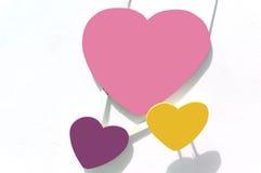 3 hearths, trzy koloru nad białą betonową ścianą Zdjęcie Stock