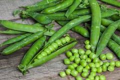 Hearthy新鲜的绿豆和荚在土气织品背景 免版税库存图片