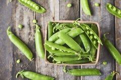 Hearthy新鲜的绿豆和荚特写镜头视图在木箱 免版税库存照片