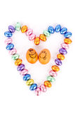 Heartshape avec des oeufs de chocolat avec les oeufs heureux Images libres de droits