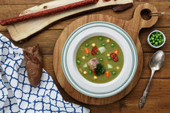 Hearty traditional Dutch pea soup with smoked sausage, rye bread and bacon. Or: `erwtensoep met rookworst, roggebrood en Stock Image